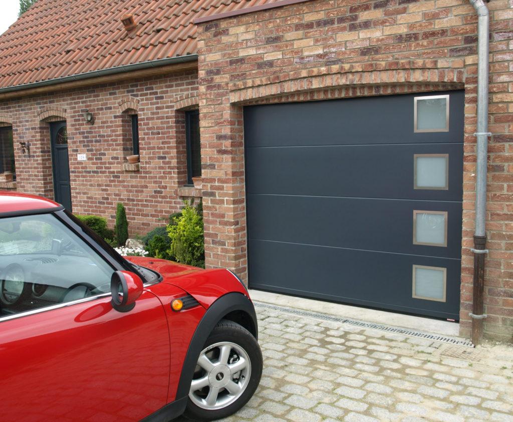 porte de garage avec hublot carré
