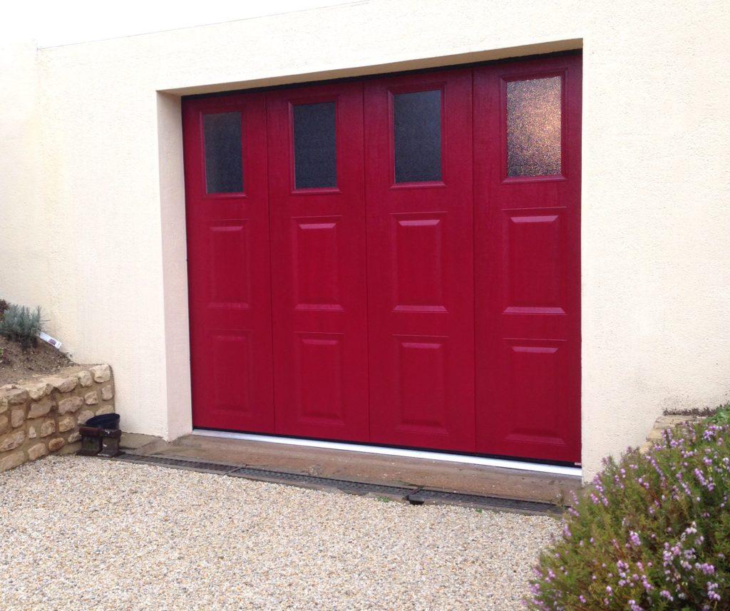 porte de garage avec hublot rectangulaire