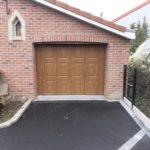 La porte de garage sectionnelle sur une ouverture cintrée