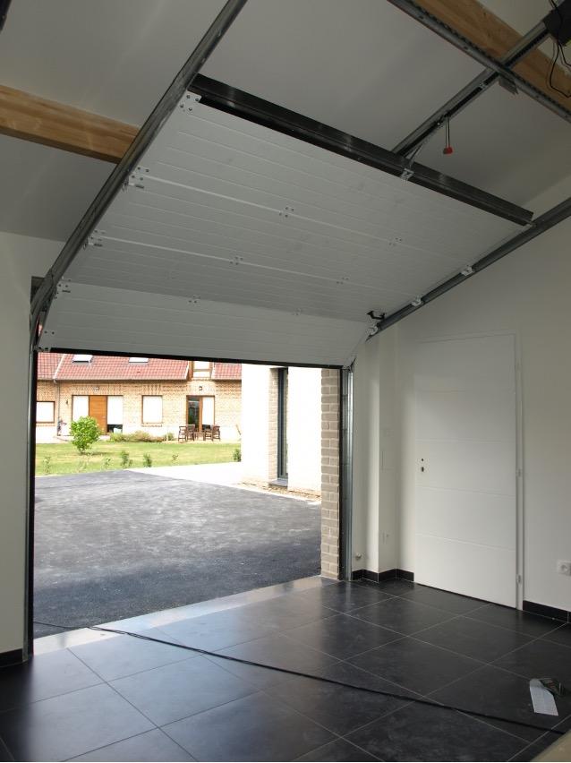 image porte de garage remontée sous toiture